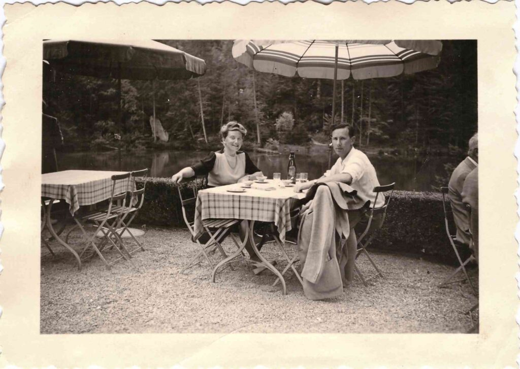 Bild: Gertrud Ulrich-Gürtler mit Mann Ernst Ulrich am Blausee ca. 1946