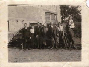 Bild: Gruppenbild Familie Gürtler mit unbekannten Personen