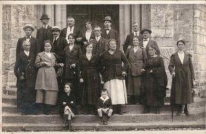 Bild: Familienbild, unbekannte Personen vor der Kirche in Lungern