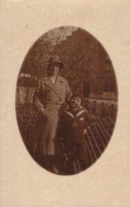 Bild: unbekannte Mutter mit Sohn, Ort und Datum unbekannt