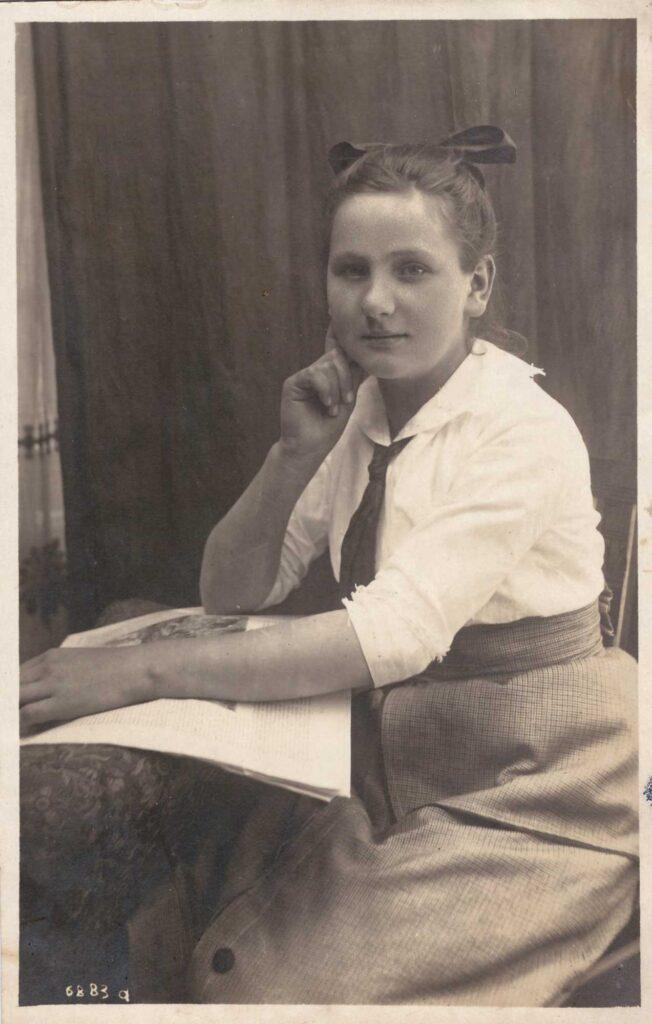 Links: Studioaufnahme, unbekannte junge Frau