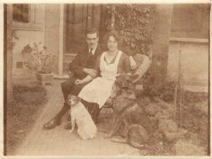 Bild: Familie Schaefer mit Fox-Terrier «Helen» und Schäferhund «Lix»