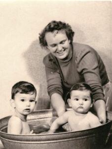 Bild: Text Rückseite: Mity mit Robbeli und Hanseli