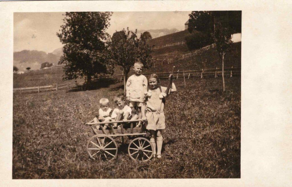Bild: Fotokarte vom 10. August 1927 mit Kurt und Gertrud Gürtler im Leiterwagen