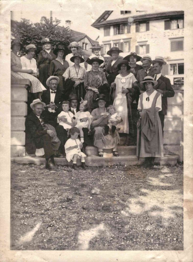 Bild: Gruppenbild, Maria Gürtler-Baumann gibt Gertrud den Schoppen, 1919