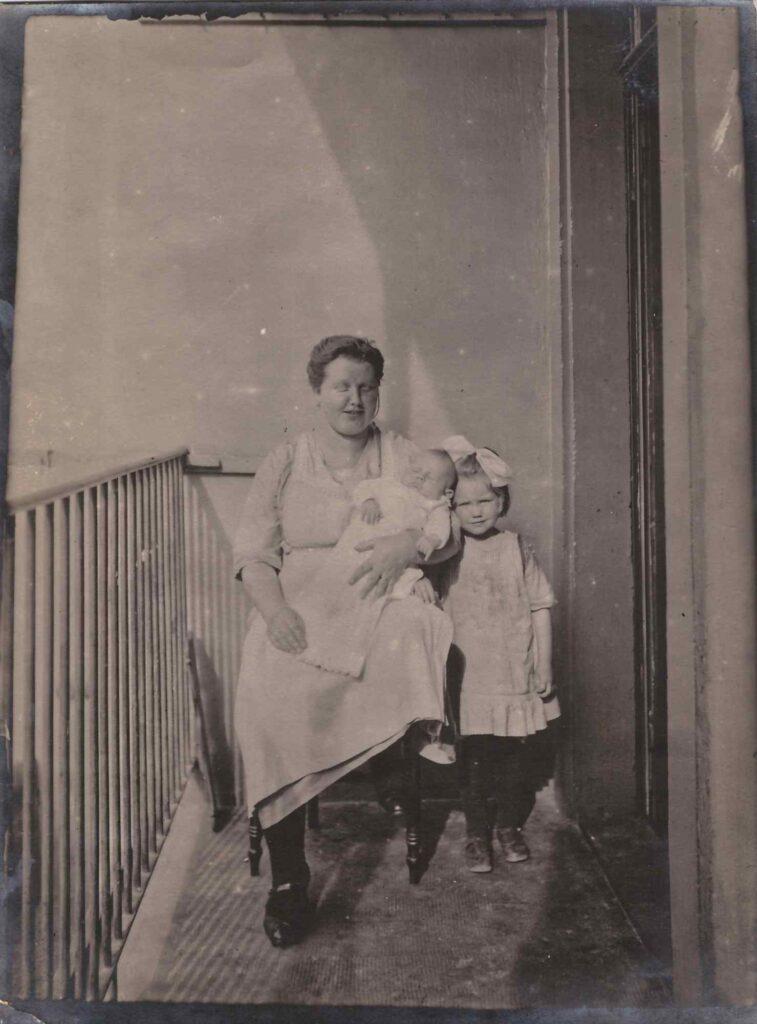 Bild: Maria Gürtler-Baumann mit Kurt (auf dem Arm) und Gertrud