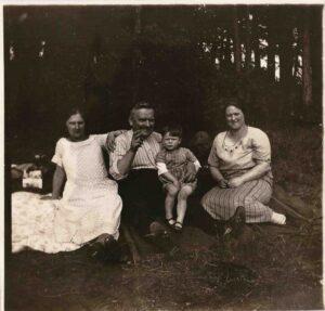 Bild: unbekannte Familie am Waldrand