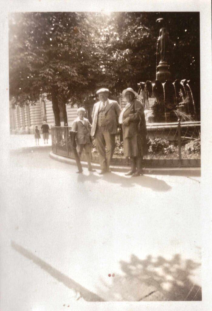 Bild: Maria und Albert Gürtler mit Kurt vor dem Postplatz-Brunnen in Chur