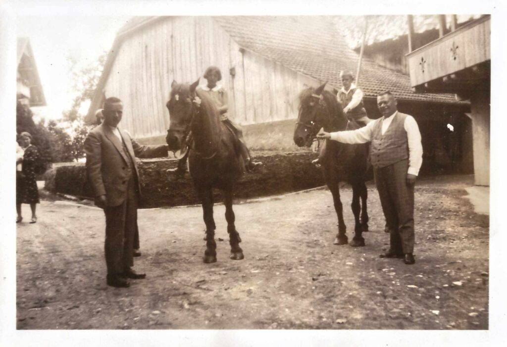 Bild: Albert Gürtler mit Kurt auf dem Pferd (rechts)