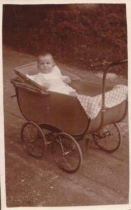 Bild: unbekannter Säugling in Kinderwagen