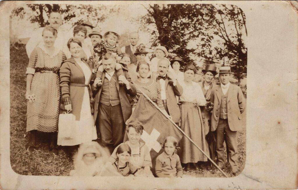Bild: Postkarte von 1920, Gruppenfoto mit Familie Gürtler in Oberried / Tannenboden (BE)
