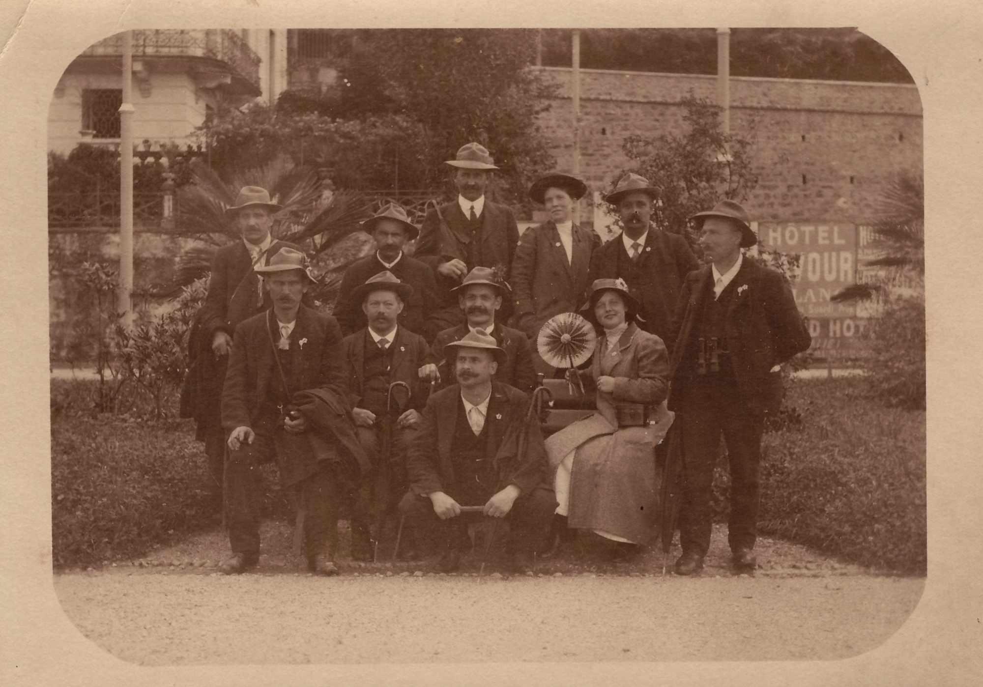 Bild: Gruppenfoto, Maria Gürtler (re unten) mit unbekannten Personen