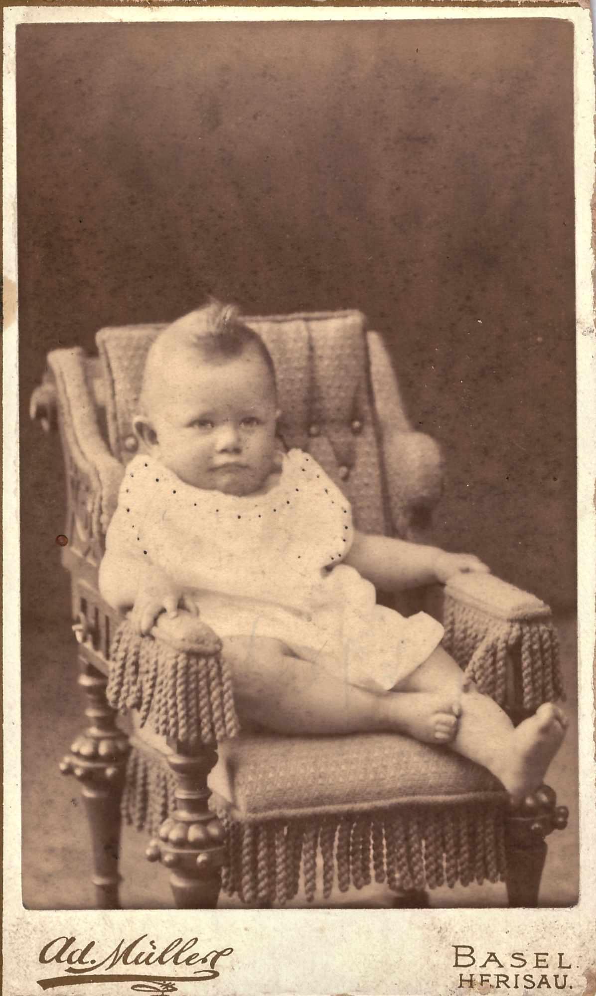 Bild: unbekanntes Kleinkind auf Stuhl