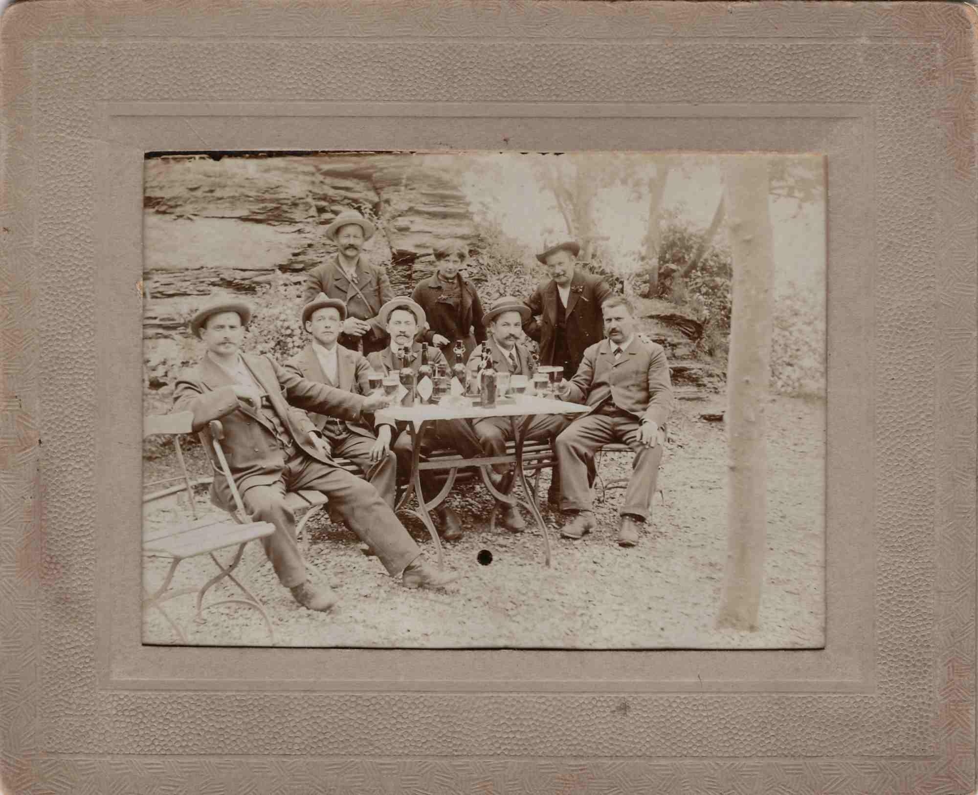 Bild: unbekannte Personengruppe beim Bier trinken