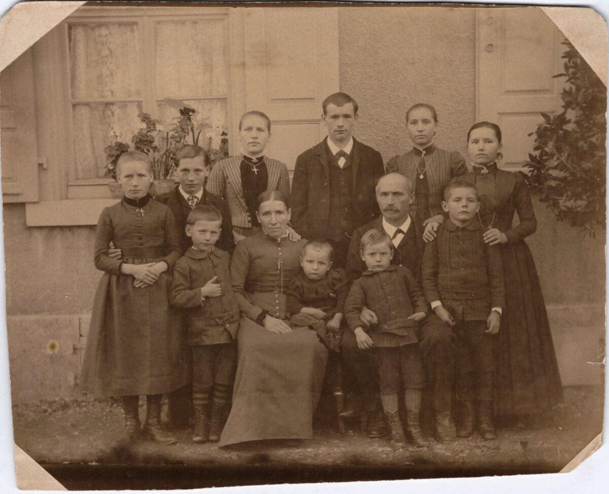 Bild: unbekannte Familie mit 10 Kindern, Ort und Datum unbekannt