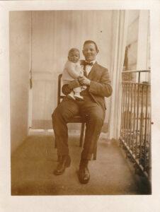 Bild: unbekannter Mann mit Kleinkind auf Balkon im Mai 1923