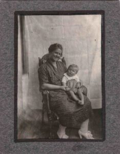 Bild: unbekannte Frau mit Kleinkind auf dem Schoss