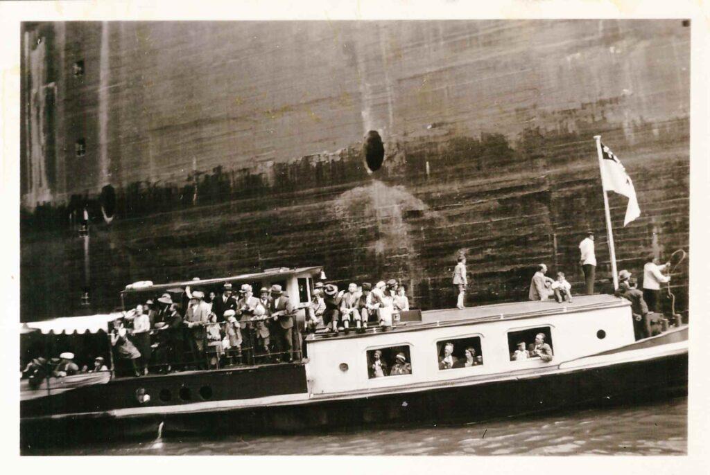 Bild: Ausflugsschiff in Schleuse