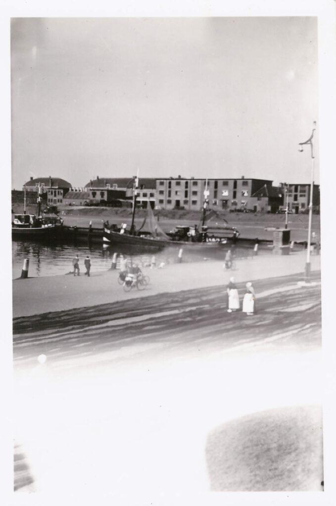 Bild: ein Hafen am Meer vermutlich Niederlande