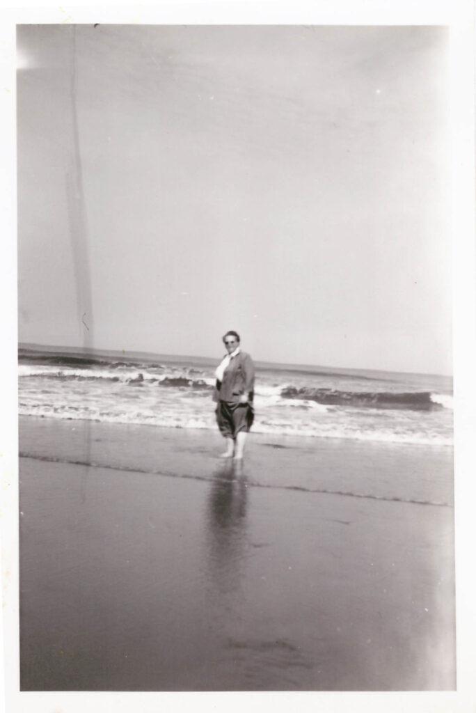 Bild: Maria Gürtler-Baumann am Meer (Niederlande?)
