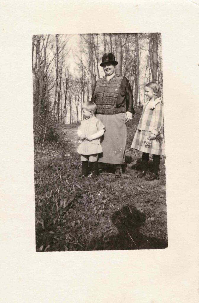 Hutmode:  Maria Gürtler-Baumann mit Hut und ihren Kindern Kurt und Gertrud