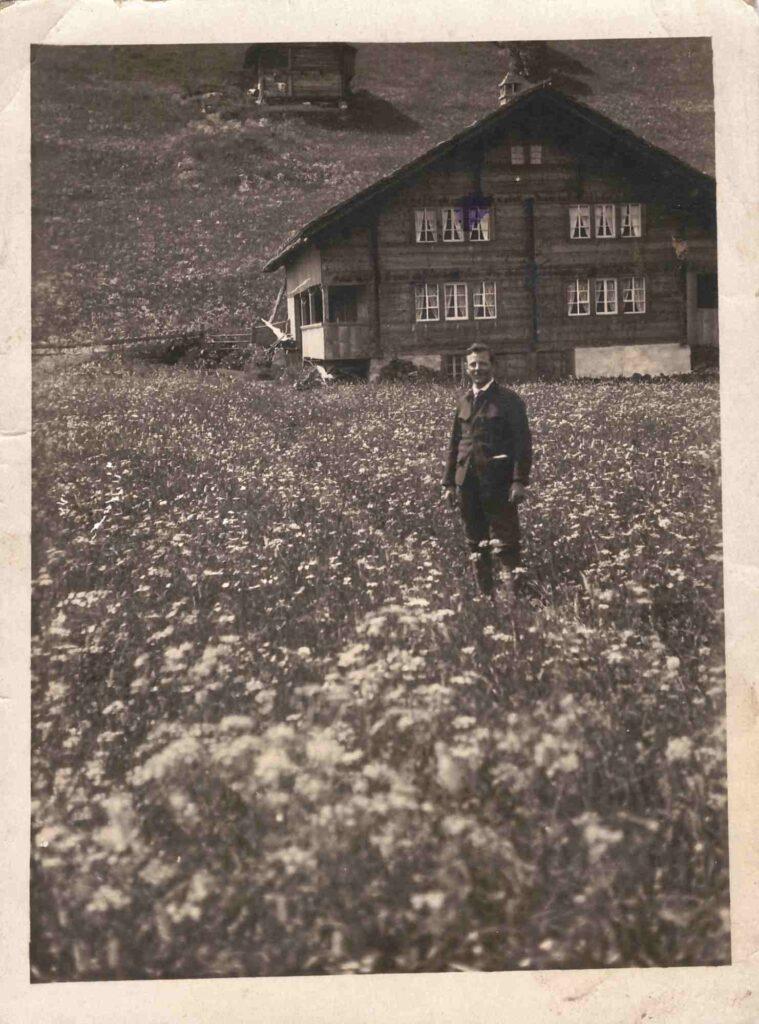 unbekannter Mann auf Blumenwiese in Schönbühl bei Adelboden, Juni 1921