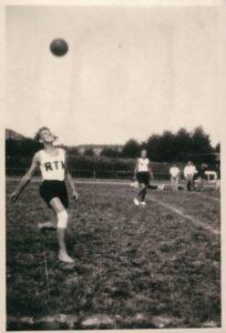 Bild: junger Mann mit Ball und RTV-Leibchen