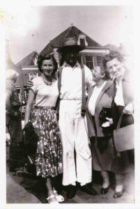 Bild: Maria Gürtler (2. von re) mit unbekannten Personen vermutlich in Holland