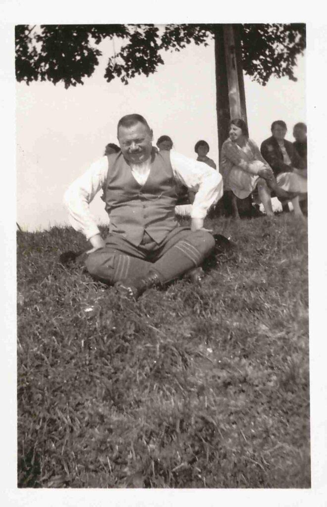 Bild: Albert Gürtler mit Nagelschuhen bei einer Rast