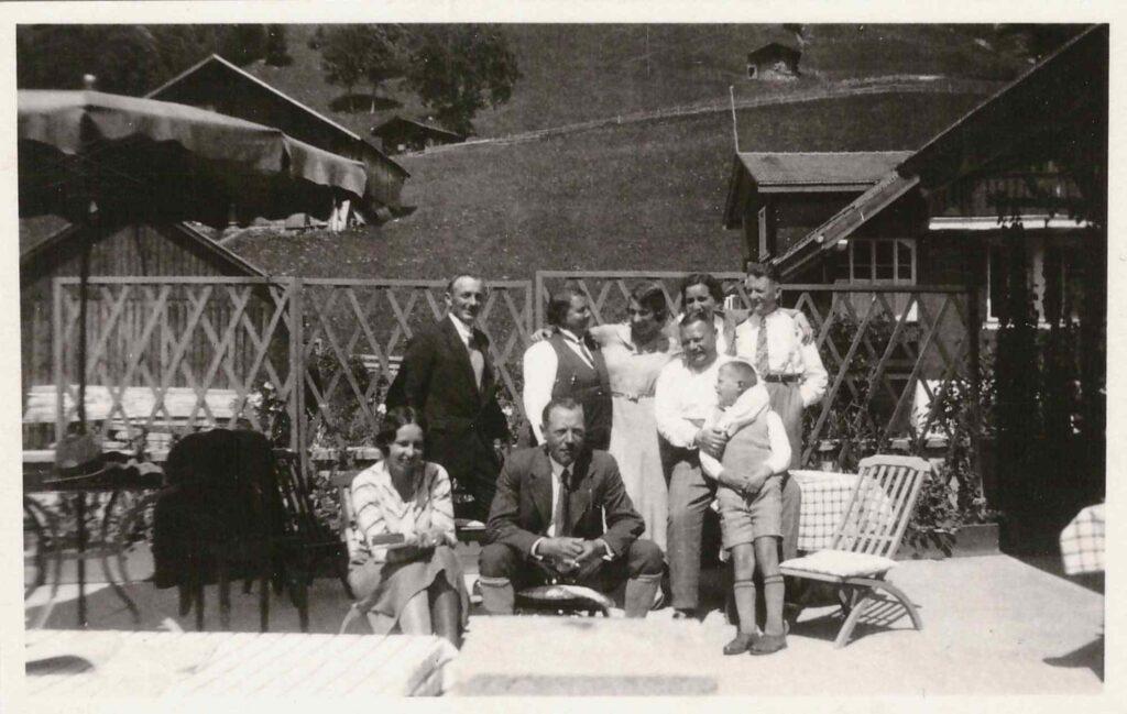 Bild: heitere Personengruppe mit Albert, Maria und Kurt Gürtler vermutlich in Weggis LU