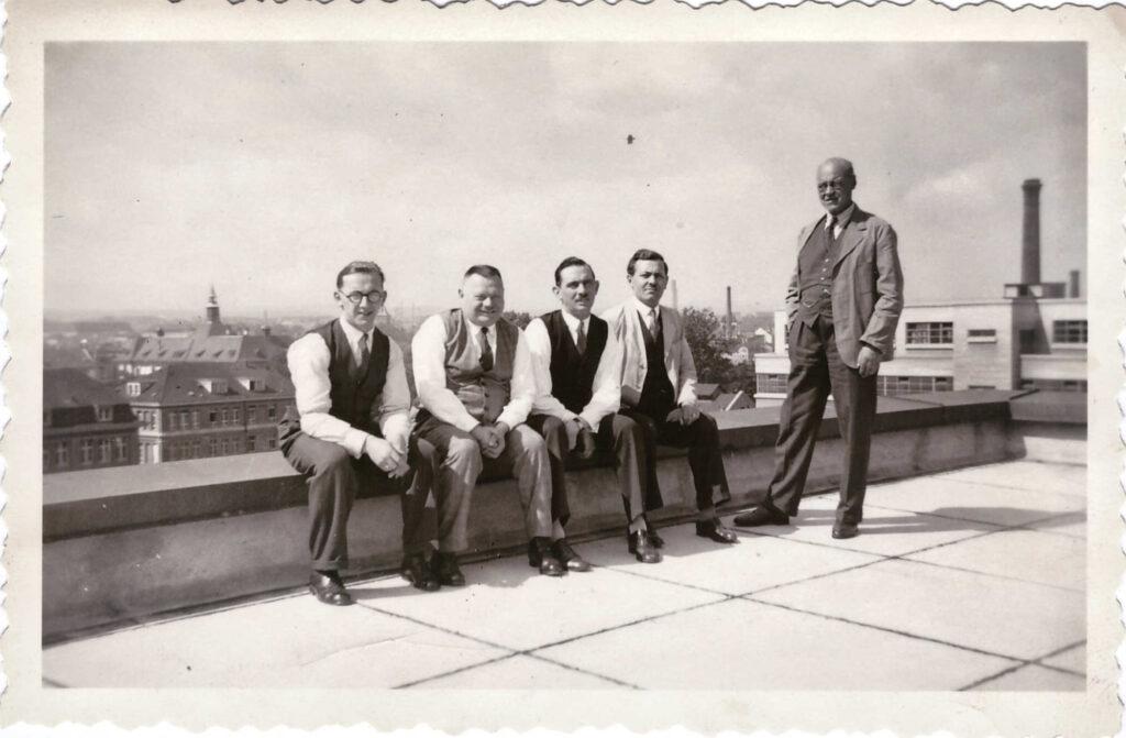 Bild: Auf dem Dach der Ciba am 1. Juli 1933 (beim Überflug ital. Luftschiffahrtsminister Italo Balbo)