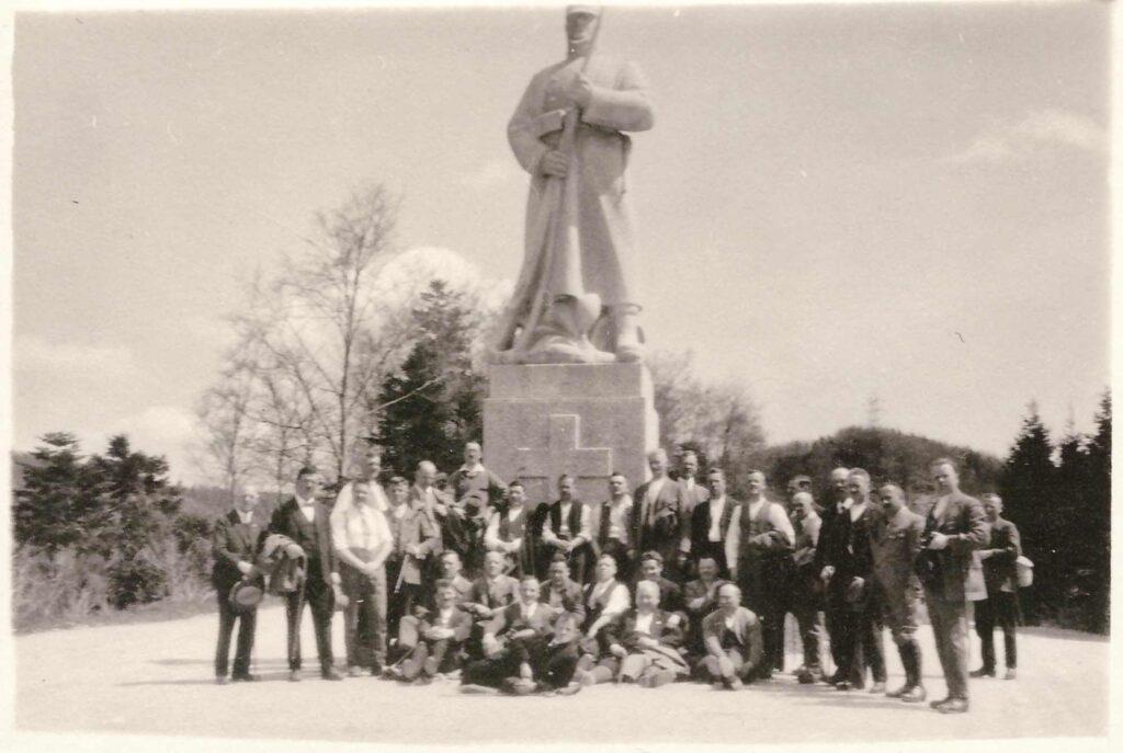 Bild: Personengruppe vor dem Soldatendenkmal in Les Rangiers JU «Le Fritz»